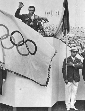 Adolfo Consolini, campione olimpico de lancio del disco alle Olimpiadi di Londra 1948, legge il giuramento degli atleti di gareggiare con lealtà e onestà.