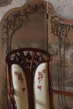 Separè dipinto e poltroncina di Majorelle, foto Alice Godone