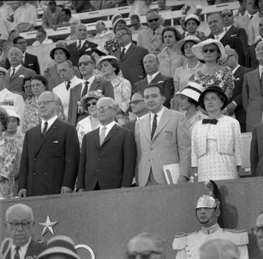 Il Presidente della Repubblica, Giovanni Gronchi, con Giulio Andreotti e Avery Brundage, presidente del CIO e rigoroso difensore dello status di dilettantismo di tutto il movimento olimpico.