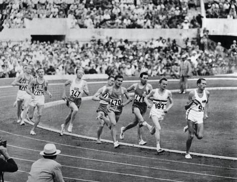 """Elliott sui 1500 metri che vince in 3'35""""6; 2° Jazy 3'38""""4."""