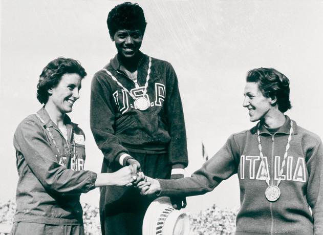 """100 metri femminili:  1° Wilma Rudolph in 11"""" netti, 2° la britannica Hymann 11.3"""", 3° Giusi Leone 11.3""""."""