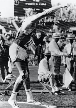 Getto del peso: William Nieder vince con 19,68 metri;  2° O'Brien con 19,11 metri.