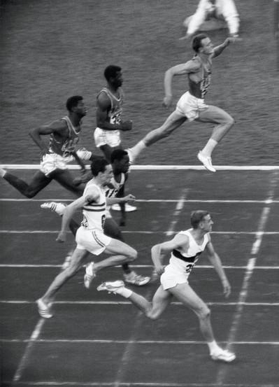 "Finale dei 100 metri:  1° Hary 10""2; 2° Sime 10""2; 3° Radfort 10""3."