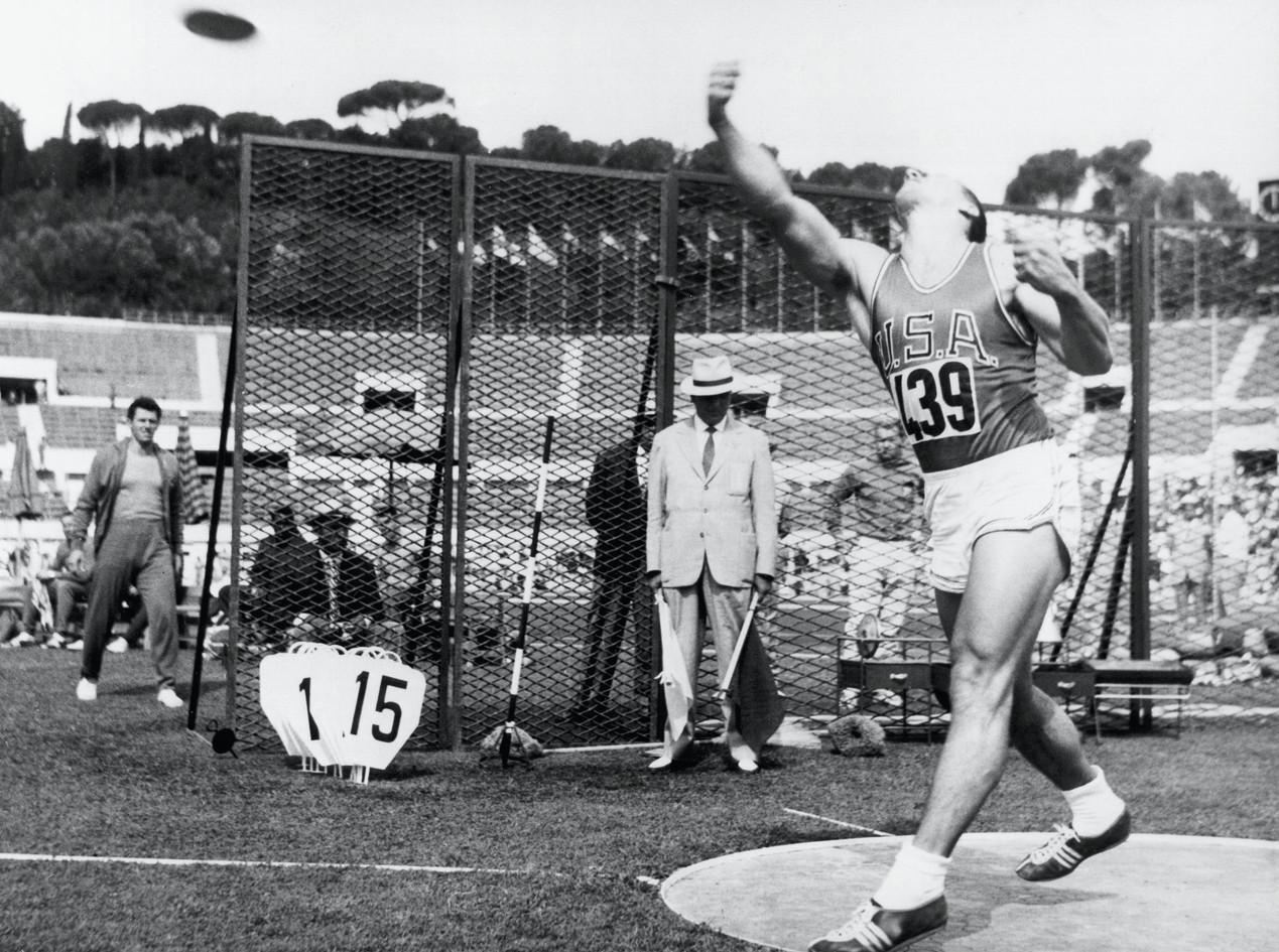 Lancio del disco: Al Oerter vince con 59,18 metri;  2° Babka con 58,02 metri.