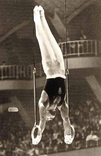 Franco Menichelli, bronzo nella ginnastica a corpo libero (sarà medaglia d'oro a Tokyo 1964).