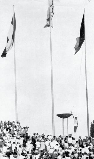 Giancarlo Peris accende il tripode olimpico allo stadio.