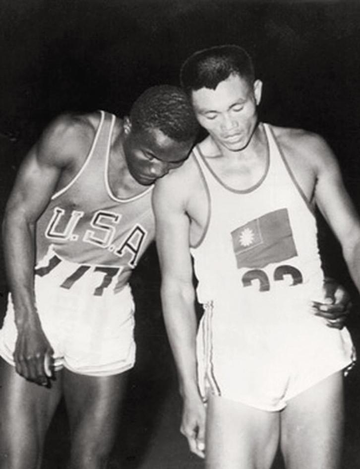 Rafer Johnson vincitore nel decathlon sul cinese di Taiwan Yang Chuan-Kwang.