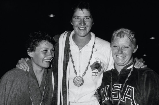Nuoto femminile, 100 metri stile libero:  1°  l'australiana Dawn Fraser.