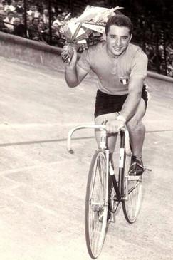Ciclismo: Sante Gaiardoni, vincitore della velocità su pista.