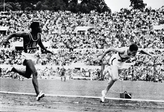 "Arrivo dei  400 metri:  1° Davis 44""9; 2° Kaufmann 44""9."