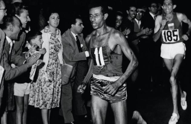 L'etiope Abebe Bikila verso la vittoria della maratona corsa a piedi nudi in 2h15'.
