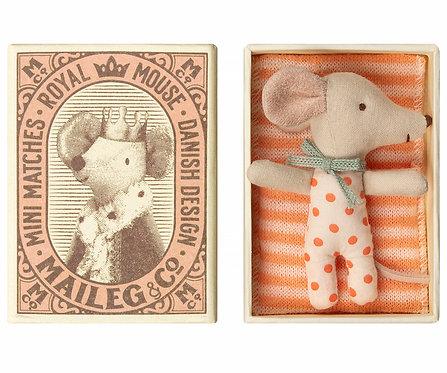 Bébé souris dans boite fille