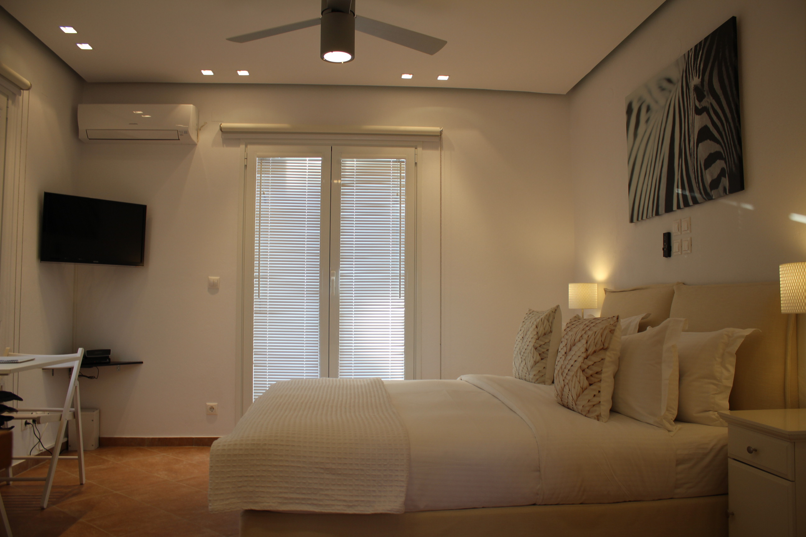 Bed and TV-Baobab suite
