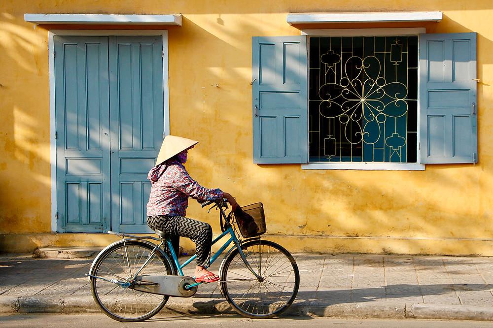 азиатская девочка едет на велосипеде