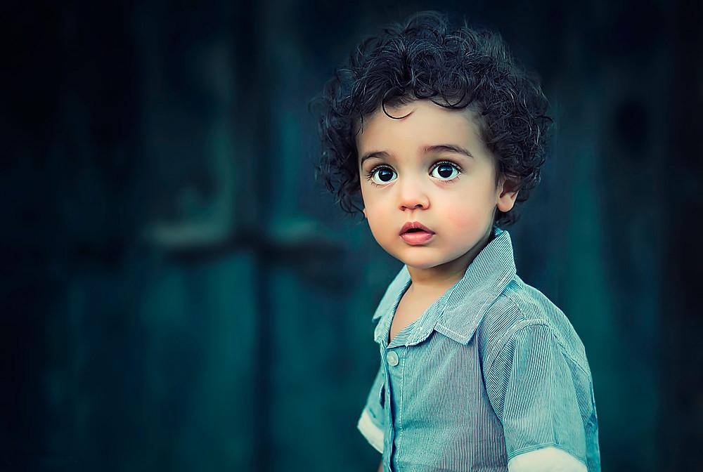 стоковая фотография мальчика с большими глазами