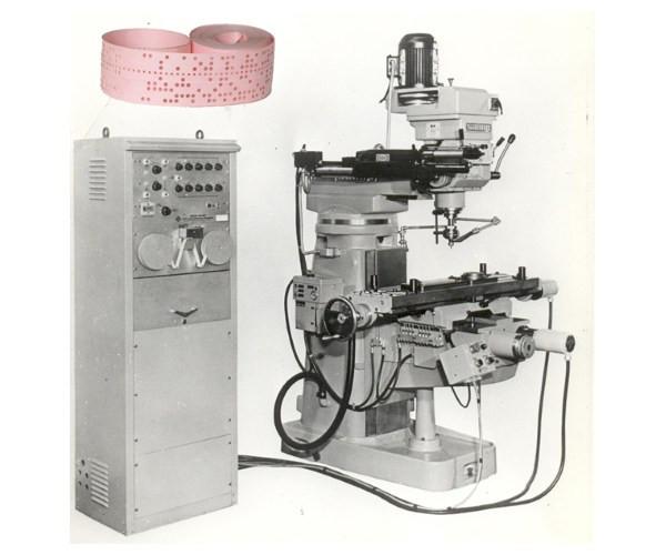 Máquinas de controle numérico com papel perfurado