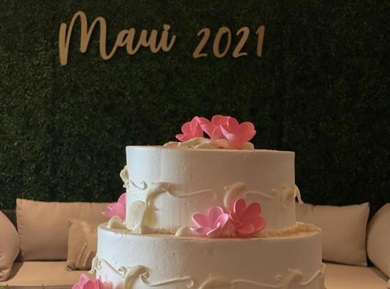 wedding cake boxwood backdrop.jpg