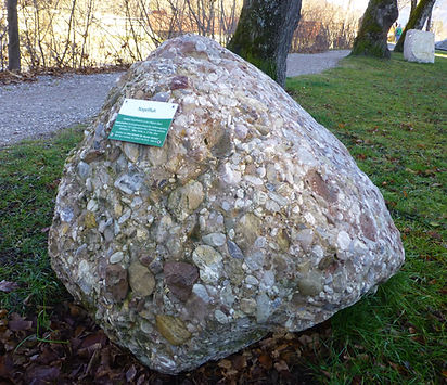 """Gestein des Geologischen Lehrpfads """"Die Steine des Alpenraums"""" in Garmisch-Partenkirchen"""
