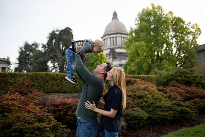 Family photos at the Olypia State Capitol. Photography by A Bit O' Whimsy.
