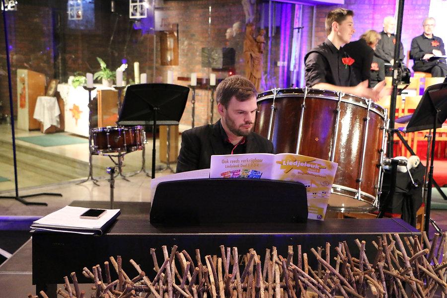 Gertjan aan piano.JPG