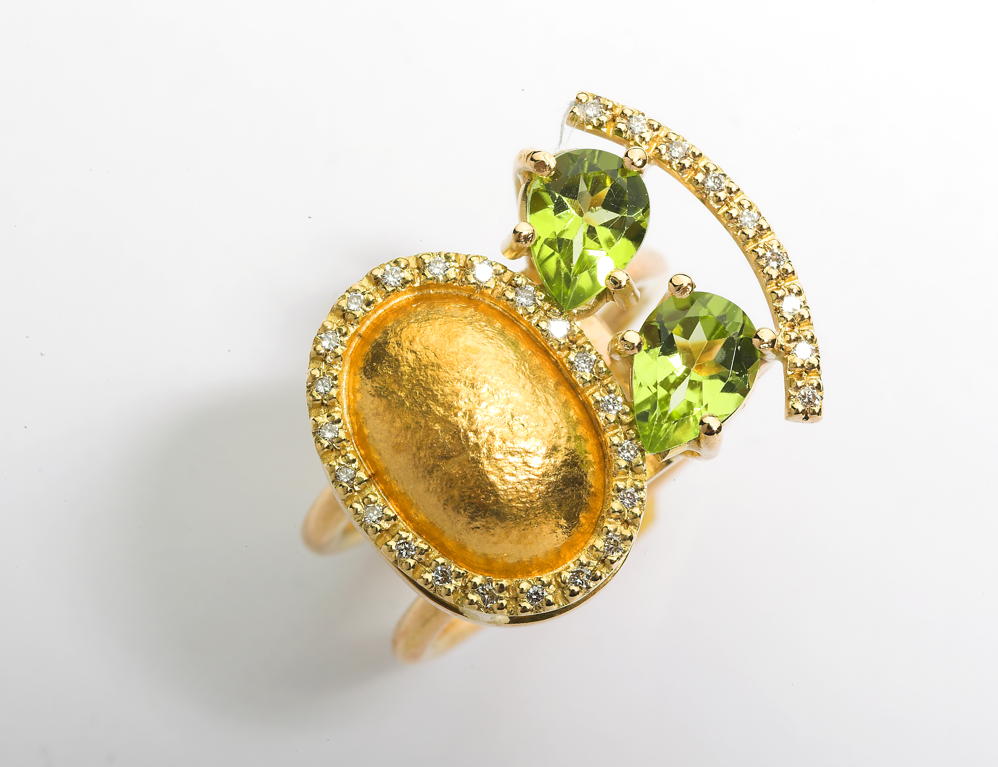 Ring in 24kt & 18kt gold with brilliant diamonds and Peridot