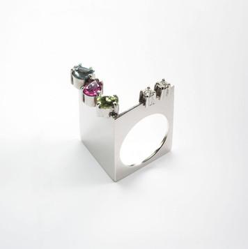 Ring in 18kt white gold with brilliant diamonds and semi precious stones