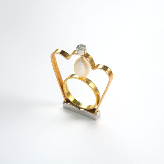 Ring in 18kt gold with brilliant diamond and a drop pearl