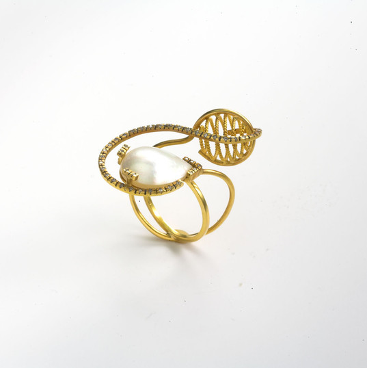 Ring in 22kt & 18kt gold with diamonds and a mother of pearl