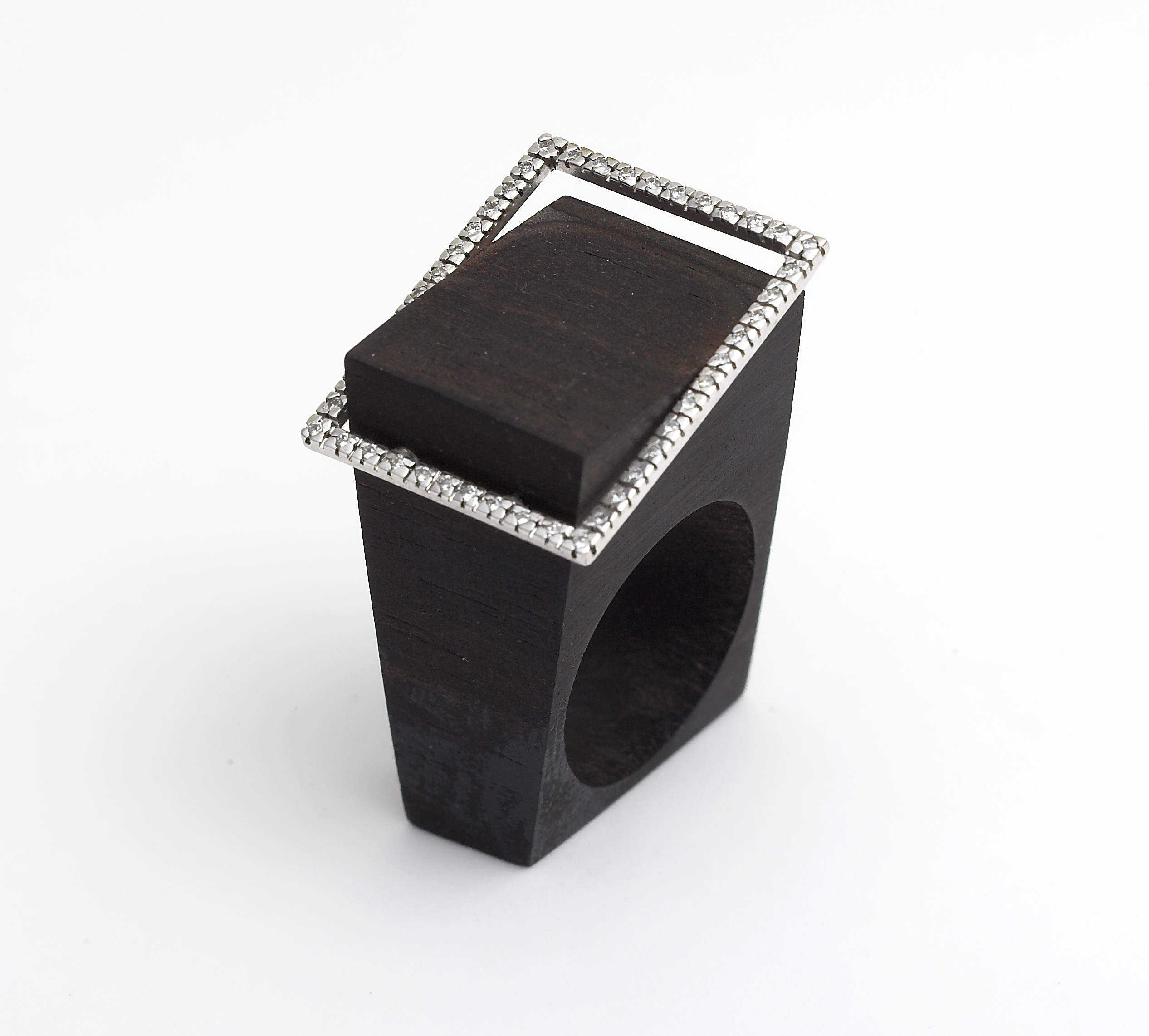 Ring in 18kt white gold and ebony