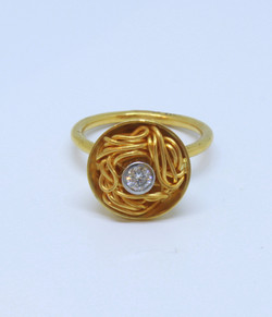 Ring in 24kt & 18kt with a brilliant diamond