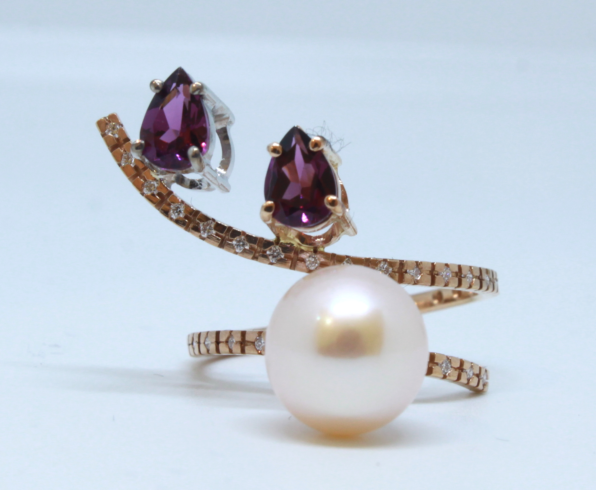 Ring in 18kt pink gold with Pearls, Rhodolite Garnet and brilliant diamonds