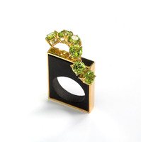 Ring in 18kt gold with peridots and black onyx