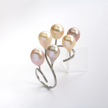 Ring in 18kt white gold with diamonds and pearls