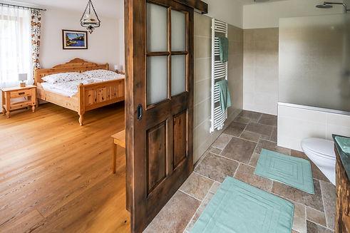 Ferienwohnung-Schlafzimmer-Bad.jpg
