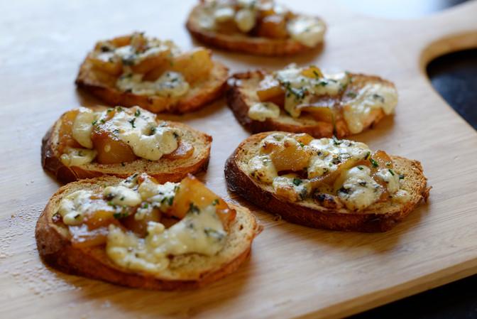 Bruschetta de peras y queso azul