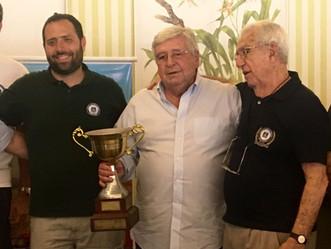 José Vaz de Carvalho recebe a Taça Armando Maia, em evento no Itanhangá Golf Club.