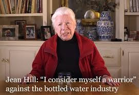 Abuelita de 84 años enfrenta compañías de botellas plásticas