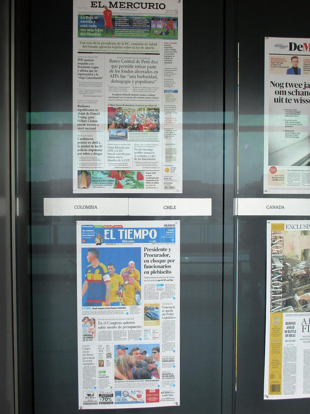 Cartelera con portadas periódicos