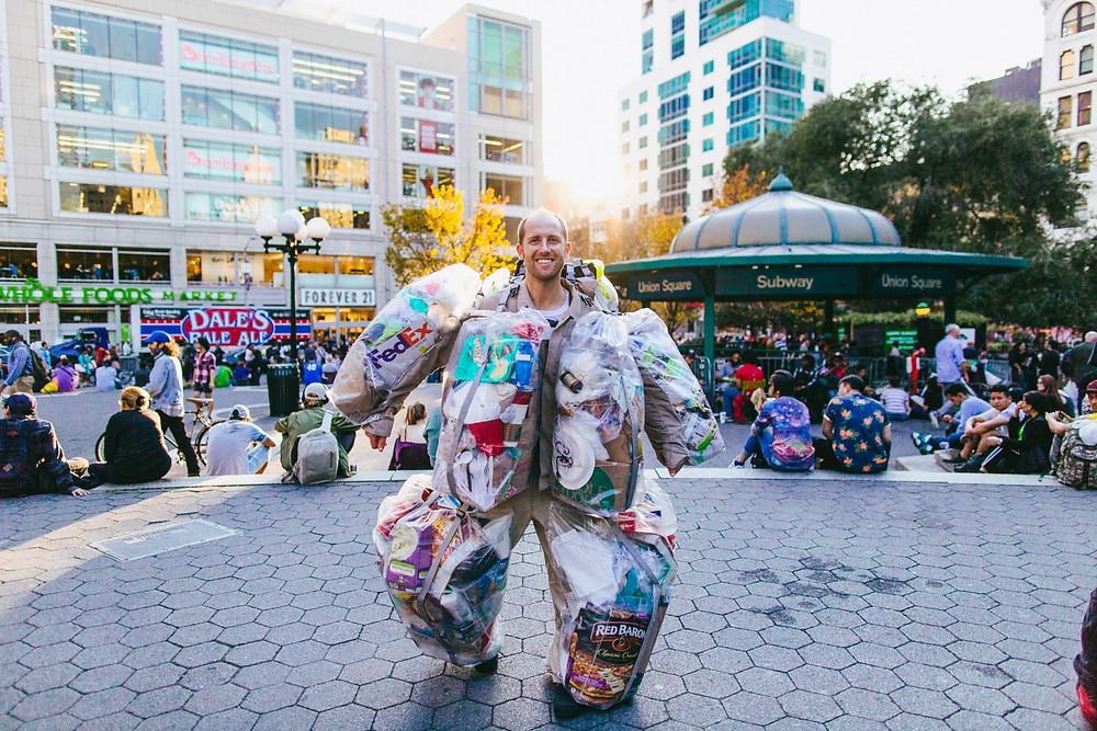 Rob Greenfield tijdens zijn 'afval-project': 60 kg na 30 dagen.