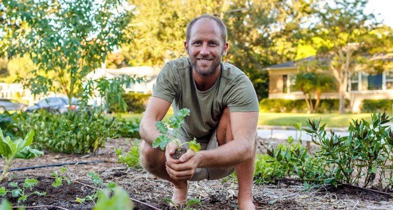 Rob Greenfield leeft duurzaam en verbouwt zijn eigen eten.