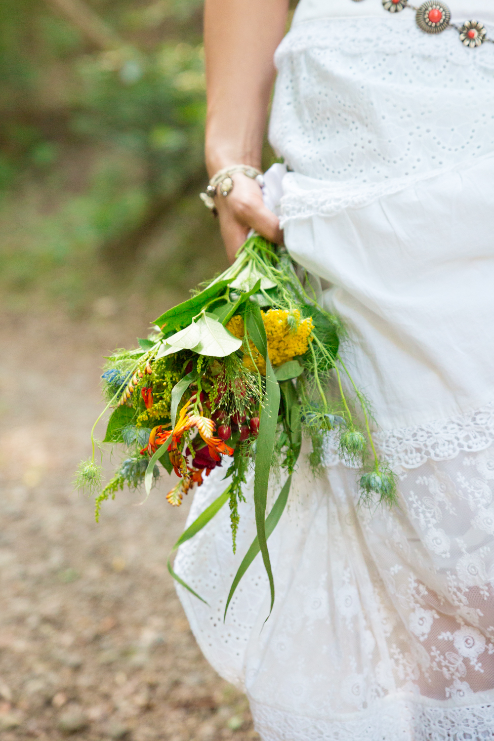 Mariage couple bouquet robe forêt