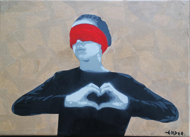 Jeune fille au bandeau rouge et aux mains en coeur ENDER