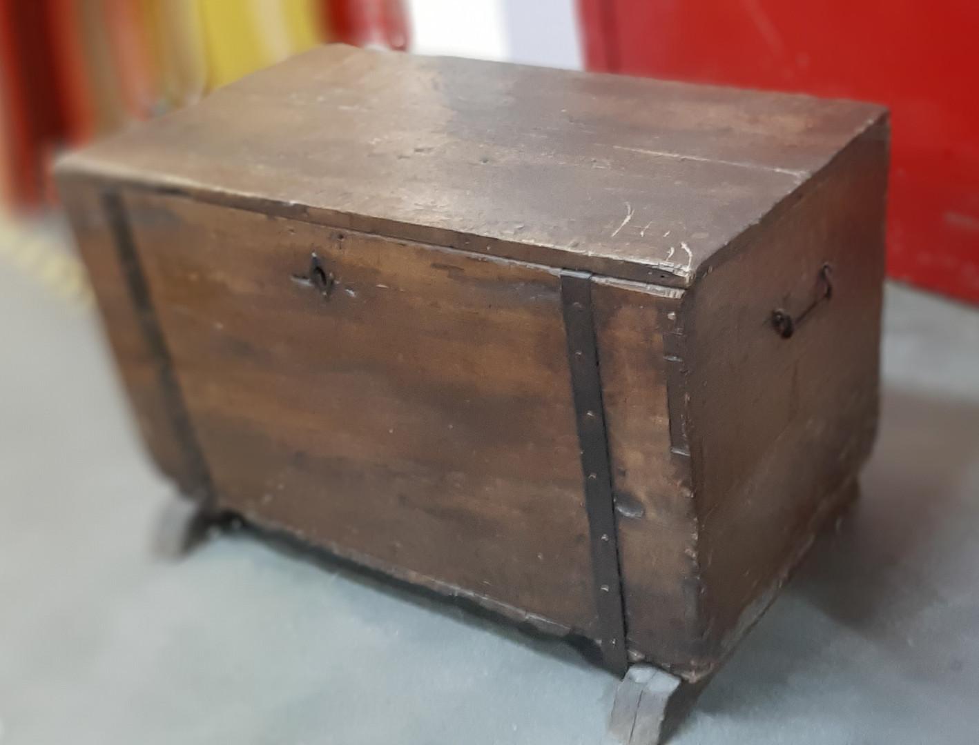 Coffre en bois rustique  h : 52 cm l : 84 cm p : 50 cm  Prix : 30 eurs  Plus d'infos: