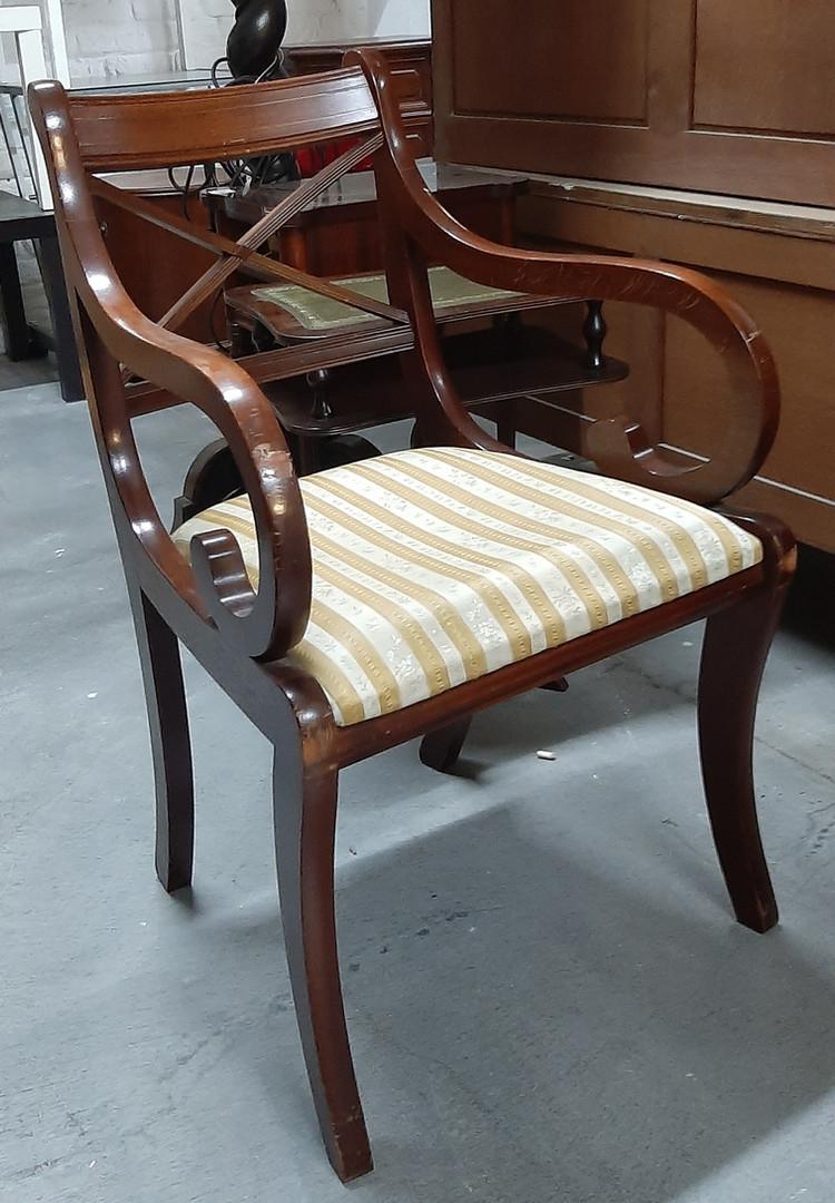 Petit fauteuil  Hauteur  : 85 cm Largeur : 50 cm Profondeur : 50 cm  Prix : 25 euros  Plus d'infos: