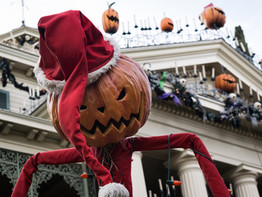When do the Disney parks change holidays?