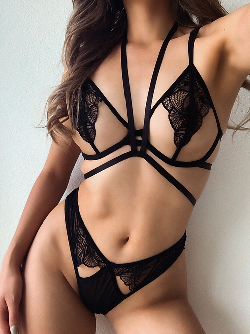Simple Black V Body Harness