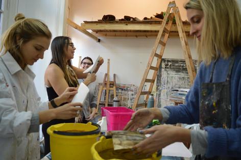 Clases grupales. Practicas alternativas. Talleres experimentales de pintura abstracta, exploraciones de materiales