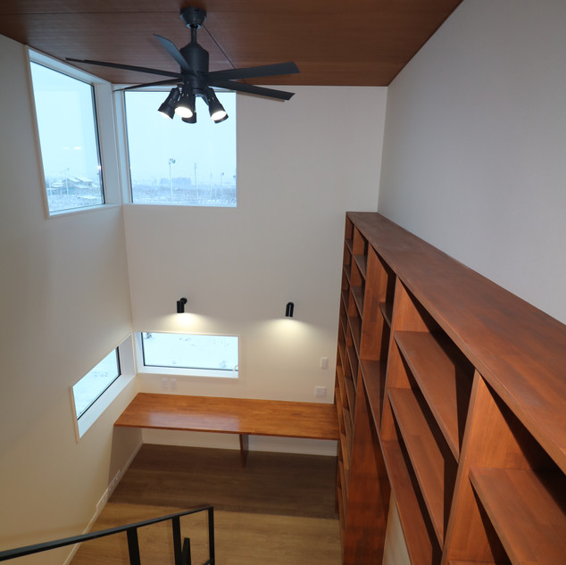 本棚とスキップフロアに勉強机(造作)