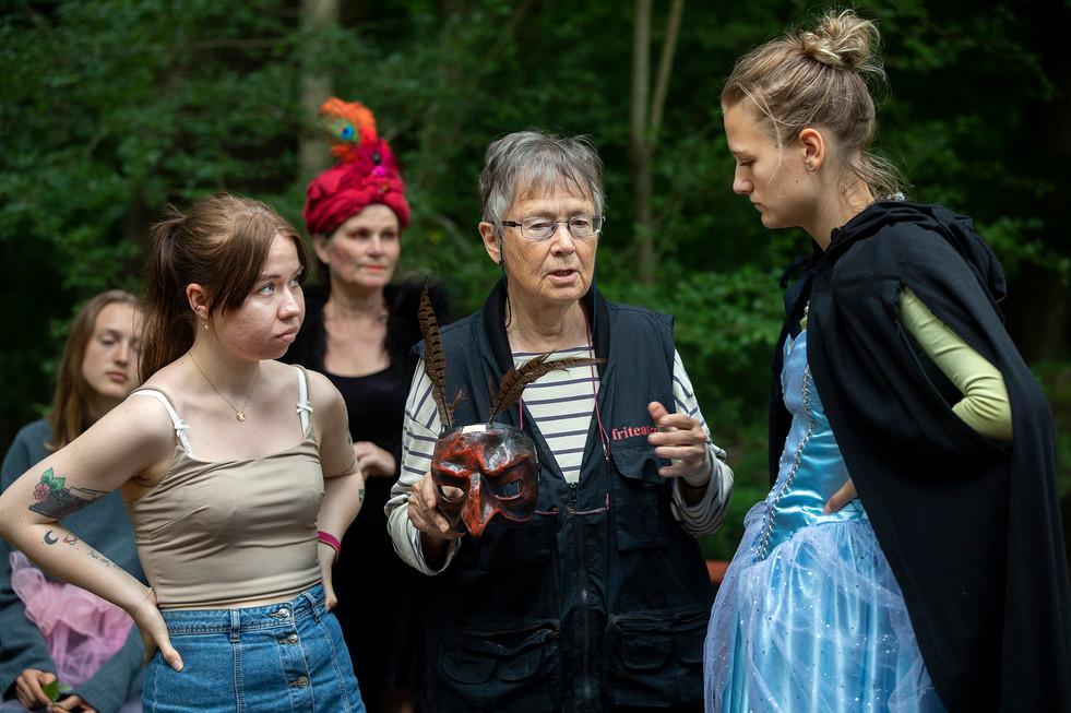 Manusförfattaren EliSophie Andrée och regissören Martha Vestin instruerar Olga Sohlman Sommelius som spelar Alice i Alla Tiders Teaters vandringsföreställning MiSSiNG ALiCE i Krapperups slottspark. Fotograf Pål Sommelius