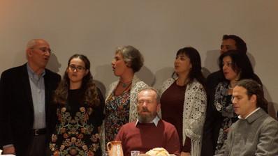Στην παράσταση συμμετείχε το Εργαστήρι Παραδοσιακού τραγουδιού του Κέντρου Έρευνας και Προβολής της Εθνικής Μουσικής του Σίμωνα Καρά!
